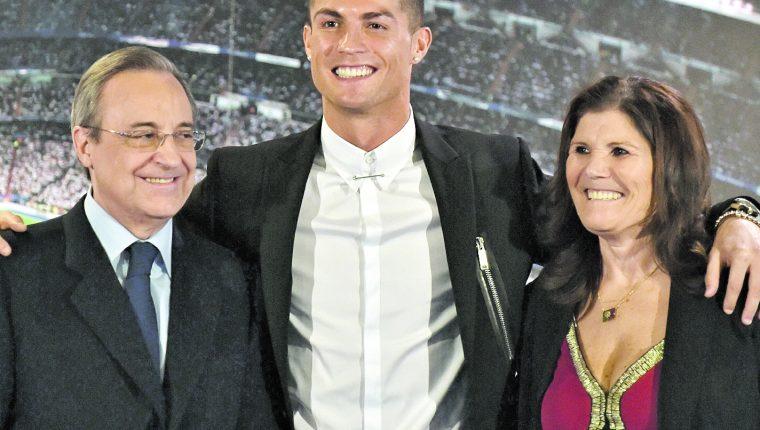 Fotografía del día en que el Real Madrid presentó a Cristiano Ronaldo. (Foto Prensa Libre: Hemeroteca PL)