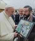 Wicho Berdúo entrega una fotografía al papa Francisco. (Foto Prensa Libre: Cortesía Wicho Berdúo).