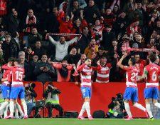 Los jugadores del Granada celebran el primer gol del equipo granadino durante el encuentro correspondiente a los cuartos de final de la Copa del Rey frente al Valencia. (Foto Prensa Libre: EFE)