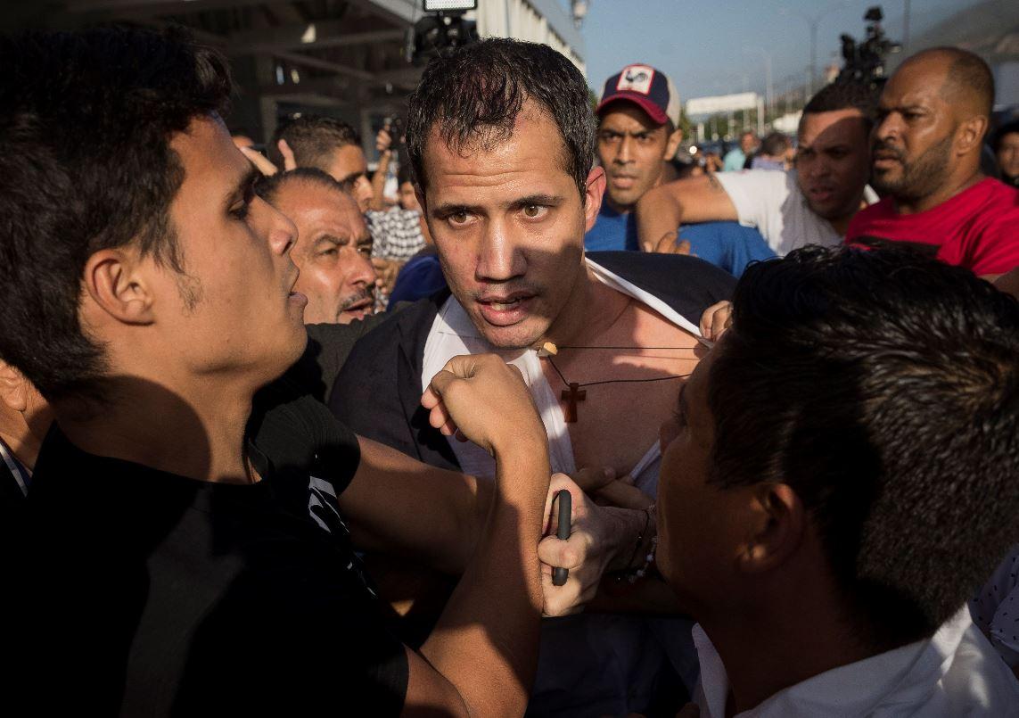 Guaidó volvió a Venezuela en medio de agresiones y anunciando nueva ofensiva contra Maduro