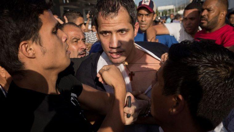 El líder opositor Juan Guaidó llega al Aeropuerto Internacional de Maiquetía Simón Bolívar, donde fue agredido. (Foto Prensa Libre: EFE)