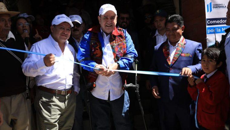 El presidente Alejandro Giammattei inaugura el primer Comedor por la Nutrición en Suigüilá, Quetzaltenango. (Foto Prensa Libre: AGN)