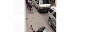 Supuestos estudiantes dañan automóviles que circulan por una de las calles de Huehuetenango. (Foto Prensa Libre: tomada de internet)