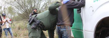 Un agente de la CBP revisa a uno de los hondureños que fue detenido el día que Prensa Libre visitó la frontera sur de EE. UU. (Foto Prensa Libre: Sergio Morales)