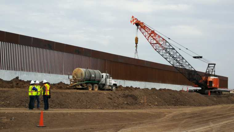 Parte de la maquinaria que se utiliza para la construcción del muro fronterizo que dividirá EE. UU. y México en una localidad de McAllen, Texas. (Foto Prensa Libre: Sergio Morales)