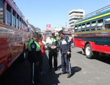Policías de tránsito hicieron la inspección en la Terminal Minerva. (Foto Prensa Libre: Raúl Juárez)