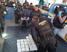 En Cuatro Caminos, Totonicapán, un vehículo fue inspeccionado dos veces para encontrar más de 80 paquetes de dólares. (Foto Prensa Libre: PNC)