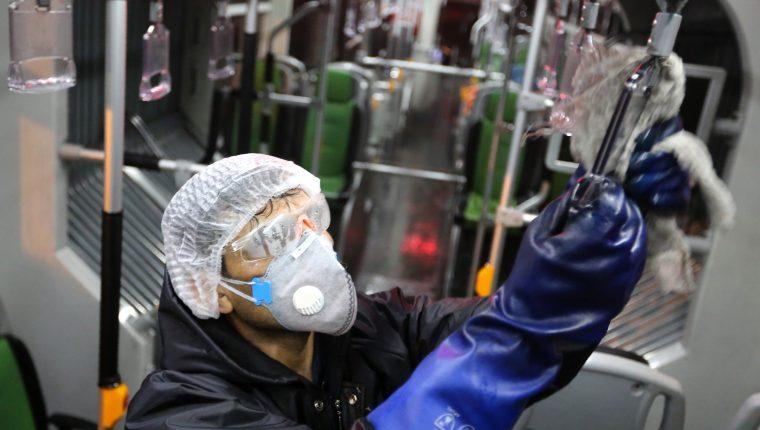 Hay rumores alrededor del coronavirus Covid-2019 que es necesario aclarar. (Foto Prensa Libre: AFP)