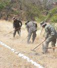 Soldados participan en práctica de control de incendios forestales en la Brigada de Infantería Capitán General Rafael Carrera de Zacapa. (Foto Prensa Libre: Wilder López)