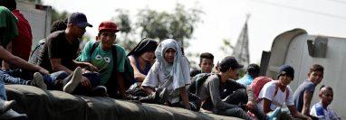 Más de un centenar de hondureños salieron en caravana hacia Estados Unidos, conscientes de que las posibilidades de llegar son muy escasas. (Foto Prensa Libre: EFE)