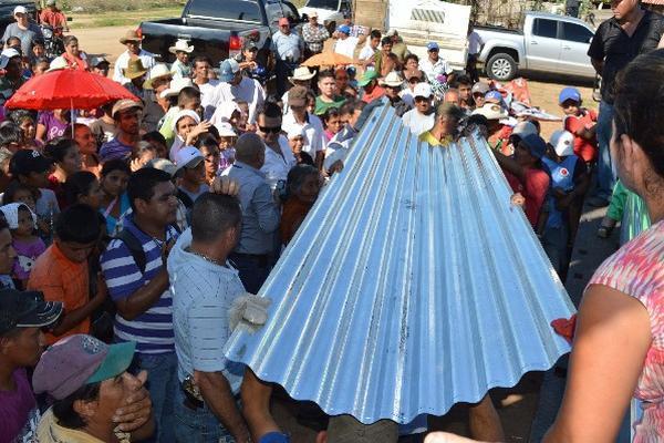 La compra de láminas fue una práctica común del Fodes durante el 2019, año electoral. (Foto Prensa Libre: Hemeroteca PL)