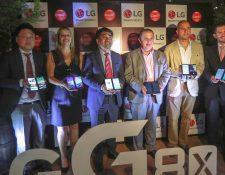 Directivos de LG Electronics y Claro presentaron el nuevo Smartphone de doble pantalla. Foto Prensa Libre: Norvin Mendoza