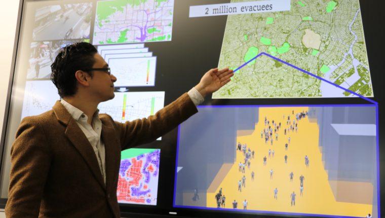 """Por medio de una supercomputadora, el investigador guatemalteco trabaja en simulacros a través de  """"poblaciones virtuales"""" en """"mundos virtuales"""". (Foto Prensa Libre: Cortesía)"""
