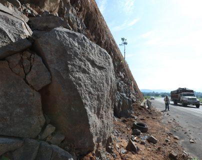 El desprendimiento de rocas es una de las preocupaciones de quienes transitan por el Libramiento de Chimaltenango. (Foto Prensa Libre: César Pérez)