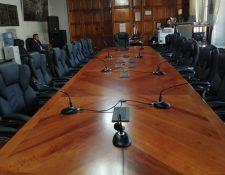 La Municipalidad de Quetzaltenango gastó Q89 mil 805 en la nueva mesa y sillas para el Concejo. (Foto Prensa Libre: María Longo)
