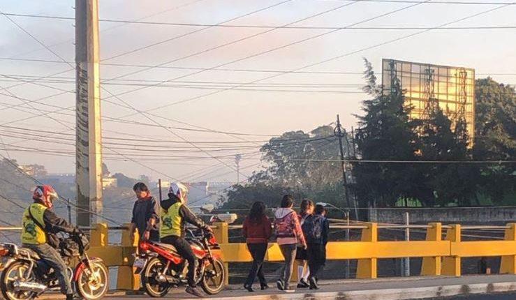 Motoristas fueron captados cuando circulaban en una banqueta en la zona 7 de la capital. (Foto Prensa Libre: Amílcar Montejo).