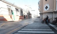 Algunos motoristas invaden el paso de cebra mientras esperan que el semáforo marque verde. (Foto Prensa Libre: Érick Ávila).