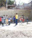 Vecinos del barrio Los Currumiches, Estanzuela, Zacapa, aseguran que localizaron los fósiles de un mamut. (Foto Prensa Libre: Wilder López)