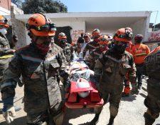 Rescatistas retiran a una persona afectada en el macro simulacro. Fotografía Prensa Libre: Miriam Figueroa