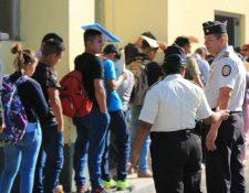 El personal de la Subdirección General de Estudios y Doctrina de la PNC recibe la papelería de los aspirantes a agentes. (Foto Prensa Libre: Byron García)