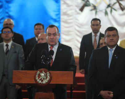 El presidente Alejandro Giammattei y el vicepresidente Guillermo Castillo, junto a sus ministros, anuncian la sanción a los cambios a la ley de ONG. (Foto Prensa Libre: Juan Diego González)