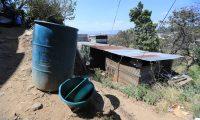 FALTA DE AGUA, STA CATARINA PINULA. En la aldea, El Carmen, perteneciente a Santa Catarina Pinula reporta falta de agua desde el 15 de enero del 2020. Los vecinos confirman que pasan hasta 6 d'as sin recibir agua, aunque la alcald'a dice que todos los d'as les manda agua en pipas. As' mismo, tambiŽn comentan que empresas privadas de agua, les llega a vender agua y en algunas ocasiones hasta Q25 venden el tonel de agua. En la imagen, cubetas y toneles vac'os por la falta de agua.  Juan Diego Gonz‡lez.  130220