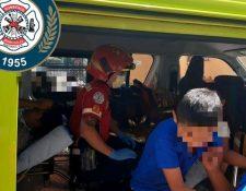 Estudiantes son evacuados por incendio forestal en la zona 21. (Foto: Bomberos Municipales).