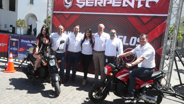 Representantes de El Gallo más Gallo y Serpento presentaron el nuevo modelo Nova. Foto Prensa Libre: Norvin Mendoza