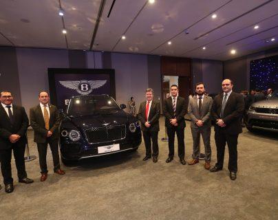 Representantes de las marcas de automóviles y de la entidad bancaria que están presentes en la autoferia. Foto Prensa Libre: Norvin Mendoza