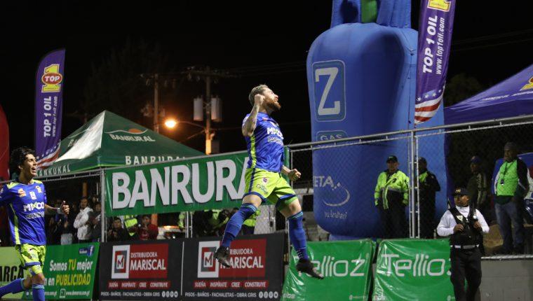 Jean Márquez festejó eufórico el gol del triunfo para Mixco. (Foto Prensa Libre: Norvin Mendoza)