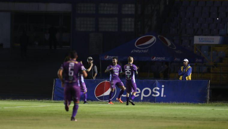 Los jugadores de Antigua festejaron en la casa crema. (Foto Prensa Libre: Norvin Mendoza)