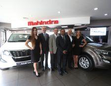 Diego y Cromwell Cuestas de Grupo Los Tres, en compañía del embajador de la India, B.S. Mubarak, presentaron las nuevas SUV de Mahindra. Foto Prensa Libre: Norvin Mendoza