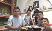 Pedro Perebal, junto a sus primeros estudiantes de inglés, en Hidalgo, México. (Foto: Hemeroteca PL)