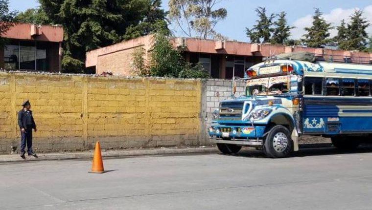 Investigan robo a policía asignado para el cobro a los buses extraurbanos. (Foto Prensa Libre: María Longo)