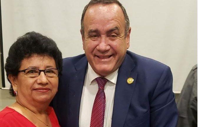 Thelma Elizabeth Portillo de Quintana junto a Alejandro Giammattei. (Foto tomada de Facebook)
