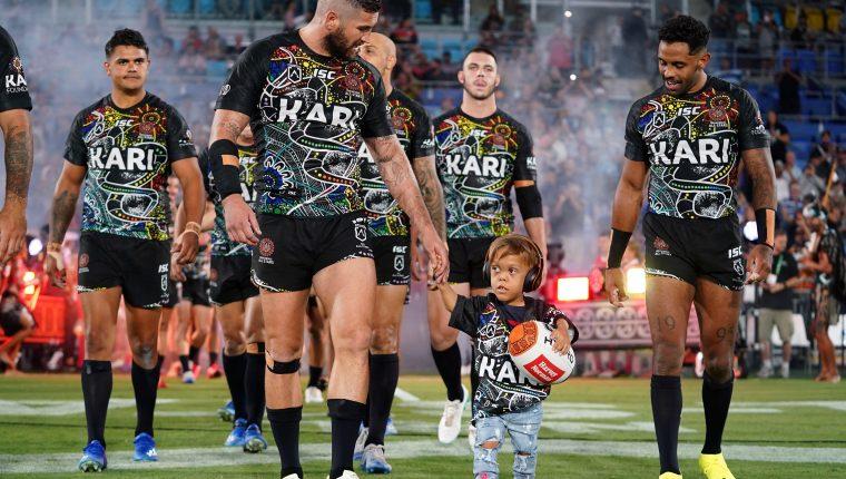 Quaden Bayles, ingresa al campo junto a un equipo estrella de rugby en Gold Coast, Australia. (Foto Prensa Libre: EFE)
