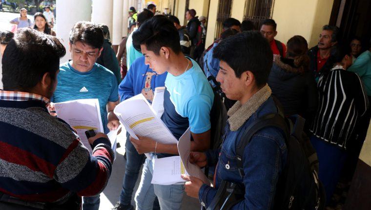 Empleados despedidos de la comuna de Huehuetenango son asesorados por integrantes del sindicato municipal. (Foto Prensa Libre: Mike Castillo)