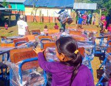 Gobierno de Alejandro Giammattei envió más de 200 escritorios para los estudiantes de la escuela San Antonio Chiquito en Ixcán.  (Foto Prensa Libre: Héctor Cordero
