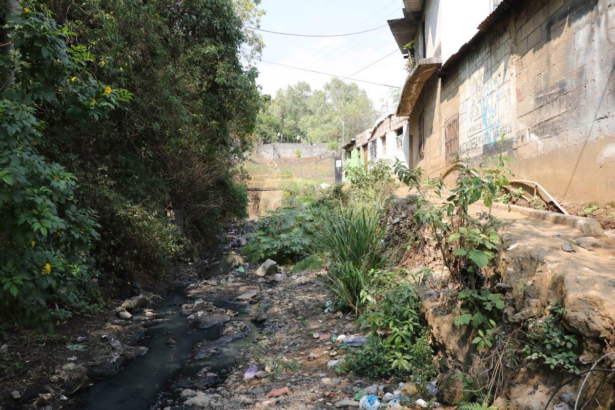 Más de 60 casas están en riesgo ante colapso de calle que se transforma en barranco