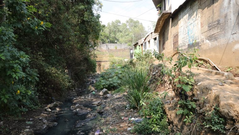 Más de 60 viviendas están al borde del barranco que se formó en lo que antes era la 8ª. calle de la zona 3 de Palín. (Foto Prensa Libre: Carlos Paredes)