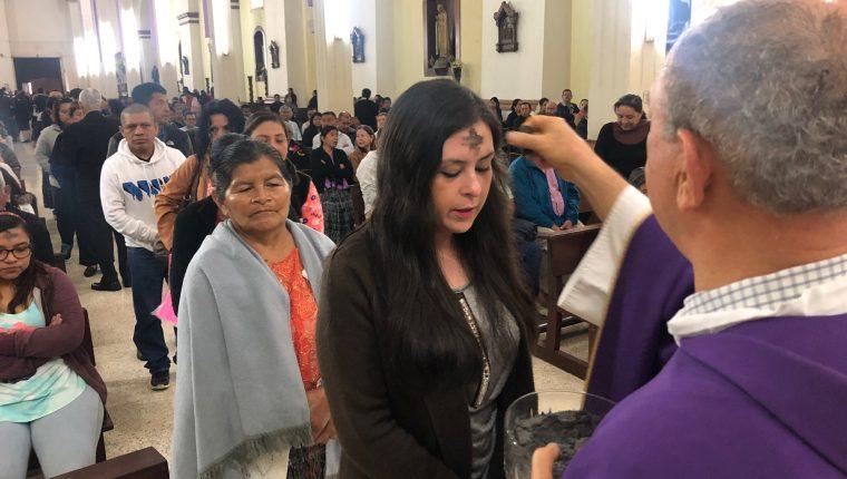 Devotos acuden a las diferentes iglesias para que se les imponga la cruz de ceniza. (Foto: Hemeroteca PL)