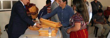 Dos integrantes de sociedad civil de Quiché entregan al Consejo Departamental de Desarrollo el expediente con la terna para gobernador. (Foto Prensa Libre: Héctor Cordero)