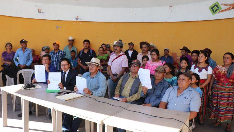 Pobladores de Santa Cruz del Quiché muestran documentos que según ellos evidencia que el alcalde José Francisco Pérez Reyes no tiene finiquito. (Foto Prensa Libre: Héctor Cordero)
