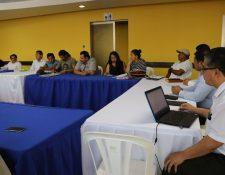 Reunión de la mesa técnica entre representantes de Marhnos, líderes comunitarios de Palín y autoridades con respecto al retorno en la autopista Palín-Escuintla. (Foto Prensa Libre: Carlos Paredes)