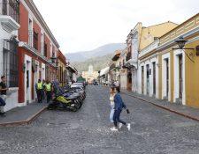 La comuna de Antigua Guatemala buscar mantener el orden durante la Semana Santa y prohíbe el funcionamiento de algunos comercios. (Foto Prensa Libre: Julio Sicán)