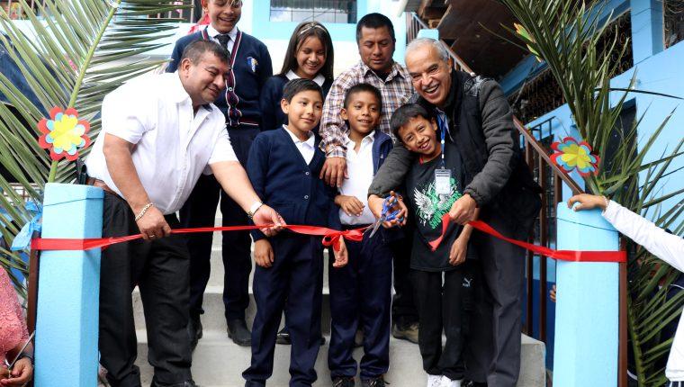 Gerónimo Martínez exalcalde de Huehuetenango, y Aníbal Martínez, director departamental de Educación -derecha-, participan en la inauguración de cinco aulas en la escuela de El Terrero, zona 4. (Foto Prensa Libre: Mike Castillo)