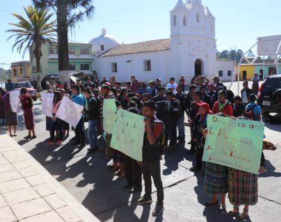 Estudiantes de un instituto Nufed de Chinique portan pancartas donde exigen la recontratación de maestros por parte de la comuna. (Foto Prensa Libre: Héctor Cordero)