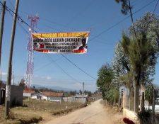 Varias mantas aparecieron en Xatinap, Primero, Santa Cruz del Quiché donde advierten a los delincuentes a no llegar a esa comunidad, (Foto Prensa Libre: Héctor Cordero)