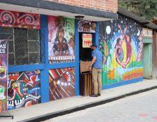 Juan y Miguel León Cortez, de la galería de arte Pop Wuj junto a otros artistas visuales pintaron los murales en la Ruta Colorida a Pascual Abaj. (Foto Prensa Libre: Héctor Cordero)