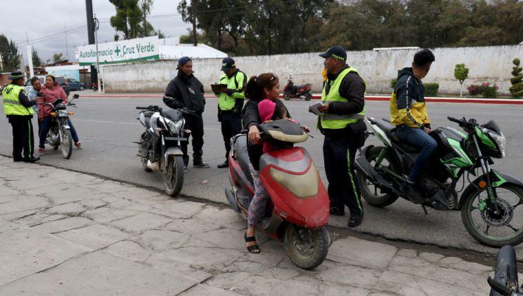 Varios motoristas son multados en Huehuetenango por no usar un casco protector y los documentos para circular. (Foto Prensa Libre: Mike Castillo)